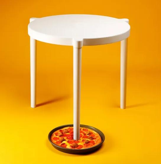 瑞典家具量販商我都唸 Ikea 與必勝客合作可以用來放三杯雞比薩的比薩救星。